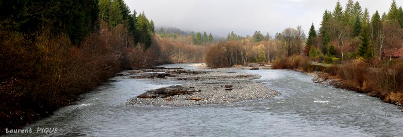 """Mouche peche """"De plumes et d'acier"""" Dans la vallée,coule une rivière."""
