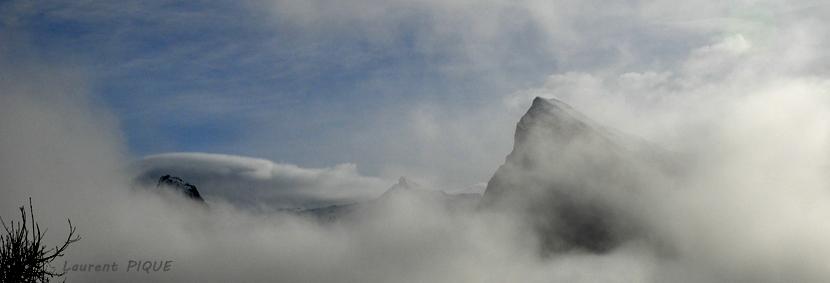 """Mouche peche """"De plumes et d'acier"""" La brume accrochée à la montagne"""